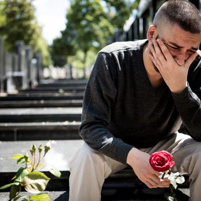 mężczyzna na cmentarzu